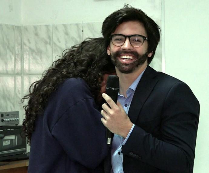 Fã reconhece Biel, que estava disfarçado de repórter (Foto: TV Globo)