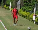 Bauza treina linha de defesa e ensaia zaga com Lugano e Rodrigo Caio