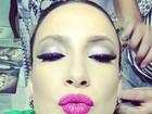 Claudia Leitte faz biquinho e exibe a maquiagem antes de animar trio