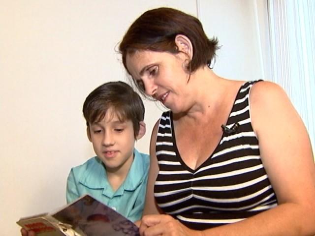 Lucas nasceu durante o apagão e completa 10 anos nesta terça-feira (29) (Foto: Reprodução RBS TV)