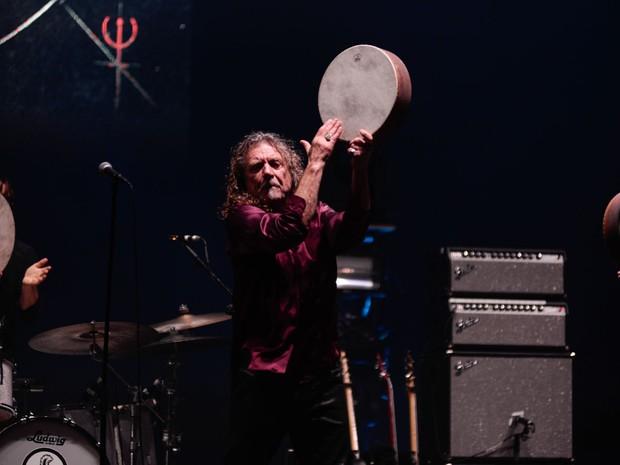 Robert Plant se arrisca em um tambor durante seu show no palco principal do Lollapalooza (Foto: Marcelo Brandt/G1)