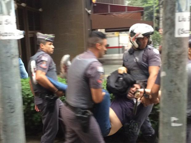 Homem é retirado de ato contra o governo do presidente Michel Temer (PMDB) na tarde deste domingo (11), na Avenida Paulista (Foto: Lívia Machado/G1)