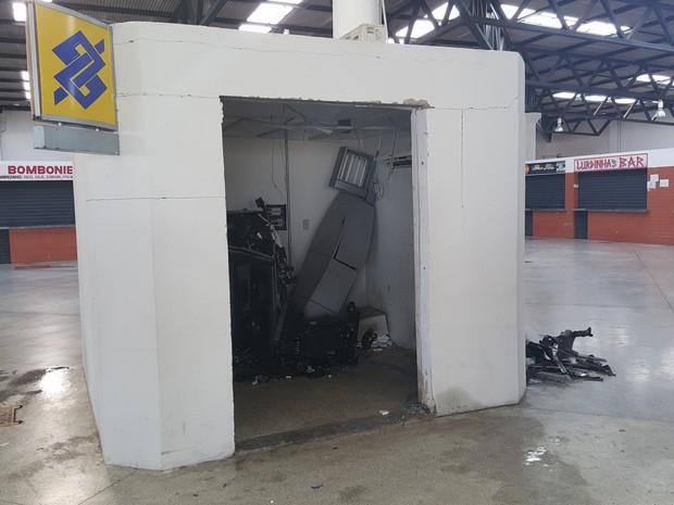 Caixa foi alvo de explosão na madrugada deste sábado (27) (Foto:  Site Chicosabetudo)