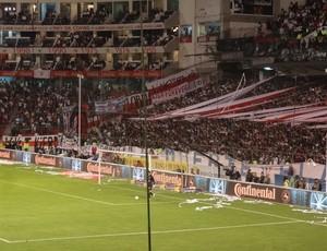 Torcida faz pressão no Casa Blanca, estádio da LDU (Foto: Hector Werlang/Globoesporte.com)