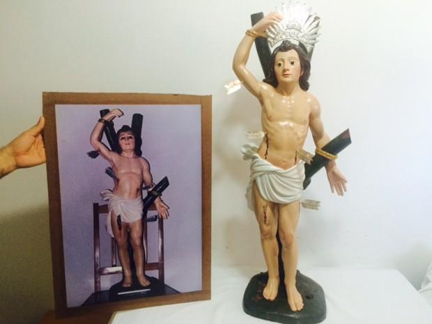 Comparação da imagem de São Sebastião após o restauro com uma das aparências anteriores da estátua. (Foto: Cristina Boeckel/ G1)