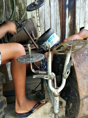 Meninos treinam em bateria improvisada com sucata  (Foto: Adelcimar Carvalho/G1)