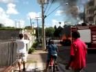 Morador registra carro pegando fogo  (Marina Rossi Lopes)