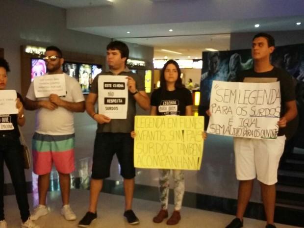 Protesto de surdos para garantir filmes com legendas ocorreu em shopping no Recife (Foto: Heloísa Markman/TV Globo)