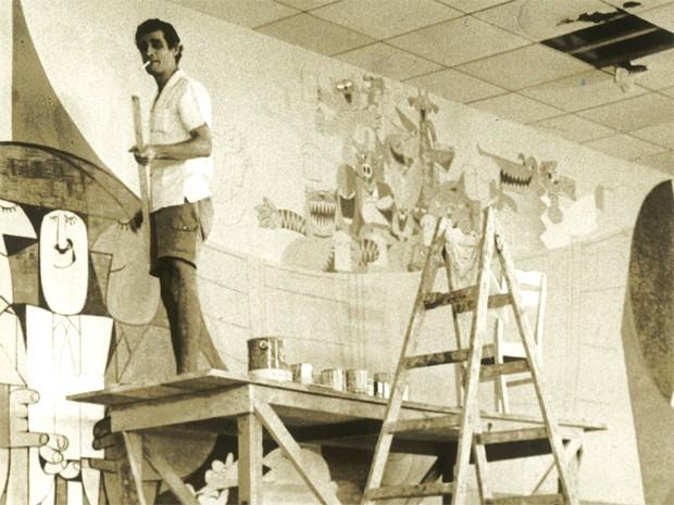 Ziraldo pintando o mural que retrata o estilo de vida do Rio, em 1967 (Foto: Ziraldo/ Arquivo pessoal)