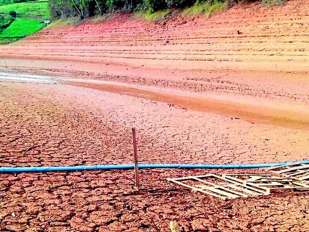 Barragem de Rio Bonito, entre Santa Leopoldina e Santa Teresa, está seca (Foto: Foto Leitor/ A Gazeta)