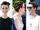 Anne Hathaway aposta em penteados com acessórios diferentes