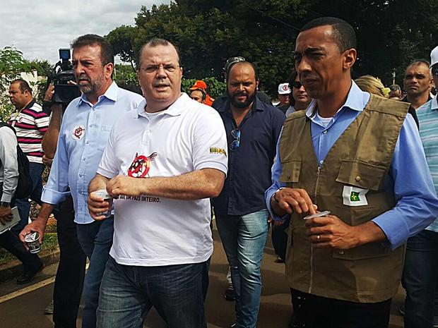 O presidente do Banco Central, Alexandre Tombini, ao lado do governadro em exercício do DF, Renato Santana, durante ação contra a dengue em Brazlândia, no Distrito Federal (Foto: Raquel Morais/G1)
