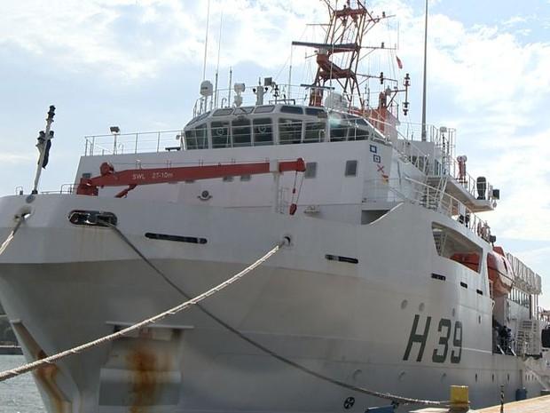 Navio está monitorando a lama no mar do Espírito Santo (Foto: Reprodução/ TV Gazeta)