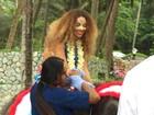 Com o rosto pintado, Beyoncé anda em elefante na Tailândia
