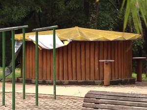 Barraca de venda de coco é fechada no Parque Flamboyant após casos de malária, em Goiânia, Goiás (Foto: Reprodução/TV Anhanguera)