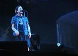 Eddie Vedder, do Pearl Jam, expulsa fã para defender mulher em show
