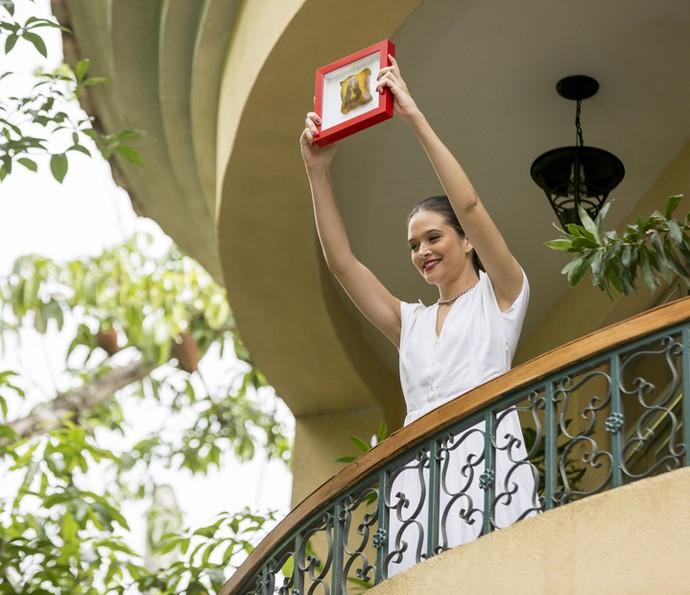 Cassandra mostra o pedaço de pão com a imagem de Kim Kardashian   (Foto: Fabiano Battaglin/Gshow)