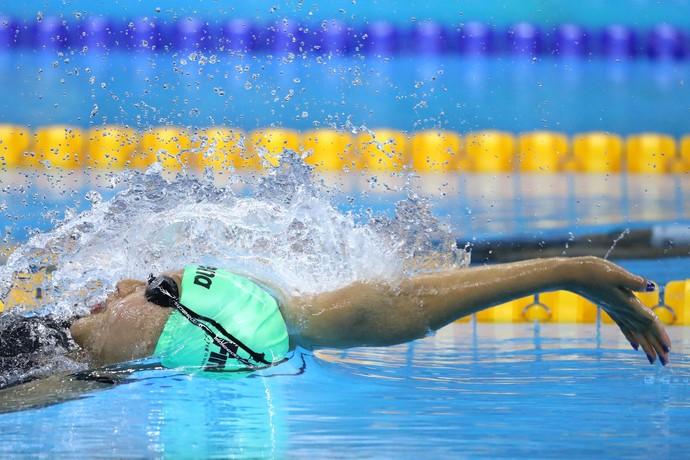 Gaurika Singh, de 13 anos, durante a eliminatória dos 100m costas (Foto: Getty Images)