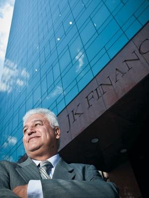 CONCRETO Carlos Alberto Silva diante do JK Comercial Center, em São Paulo. O prédio comercial faz parte da carteira do fundo no qual ele investiu (Foto: Letícia Moreira/ÉPOCA)
