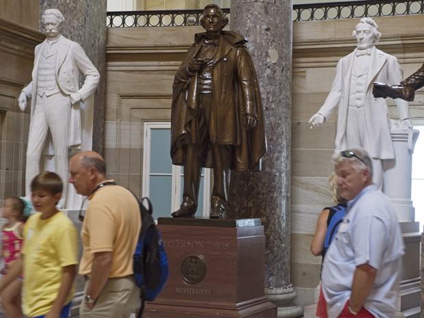 Turistas passam pela estátua de Jefferson Davis (centro) no Hall Estatuário do Capitólio, em Washington, na terça (23) (Foto: AFP Photo/Paul J. Richards)