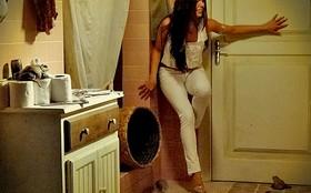Suelen é trancada em banheiro cheio de sapos e acaba demitida