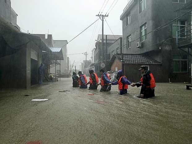Tufão 'Soudelor' provocou inundações na cidade de Ningde, província de Fujian, na China (Foto: Reuters)