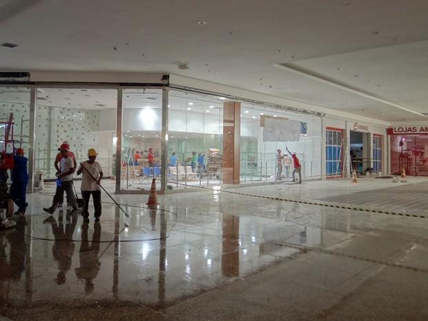 Corredores do Vitória Park Shopping ainda estão com equipamentos de  construção (Foto  Débora Soares ce73a9ebf6