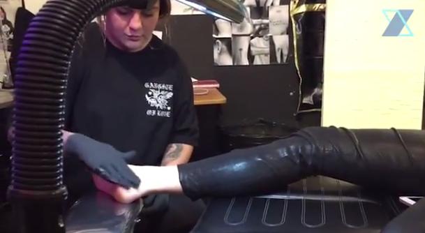 Xuxa faz tatuagem em Nova York (Foto: Reprodução/Youtube)
