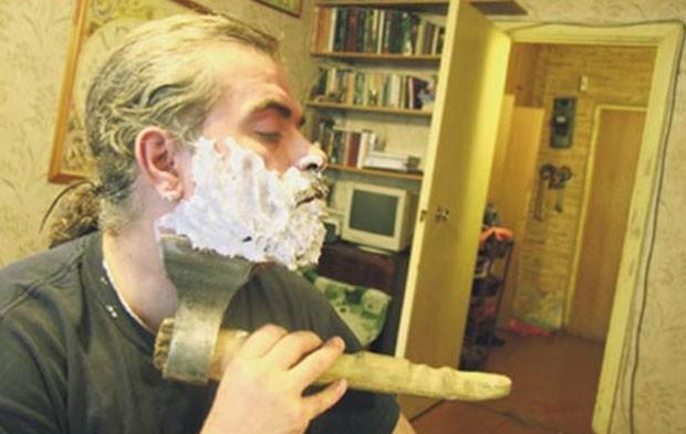 Em 2011, o professor russo Alexander Karpenko foi fotografado usando machado para fazer a barba. Karpenko, que mora em Nizhny Novgorod, disse que apreendeu a fazer a barba com objetos do cotidiano com seu avô (Foto: Reprodução/YouTube/TheProsto2012)