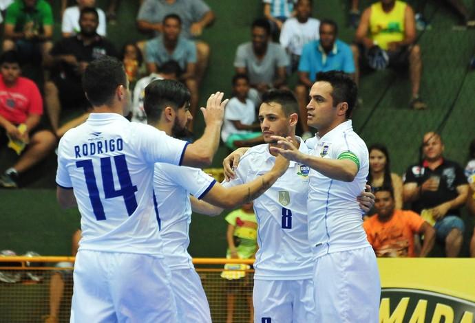 Brasil Equador uniforme branco futsal (Foto  Ricardo Artifon CBFS) 475b7b0cda369