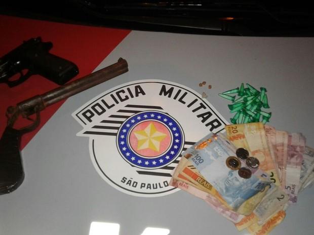 Pinos de cocaína, pedras de crack, simulacro de uma pistola, uma garrucha artesanal e dinheiro (Foto: Polícia Militar/Divulgação)