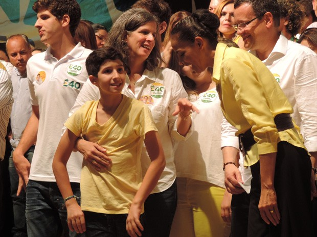 Marina conversa com a viúva de Campos, Renata, que acompanhou o comício no Recife ao lado de quatro dos cinco filhos (Foto: Renan Holanda/G1)