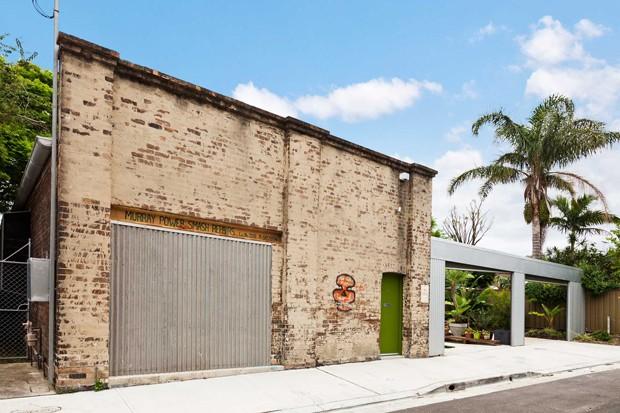 Arquiteto transforma oficina antiga em casa moderna e for Casa moderna oficina