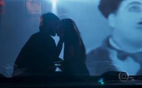 Felipe Simas e Marina Ruy Barbosa em cena de amor em Totalmente Demais (Foto: Reprodução/Globo)