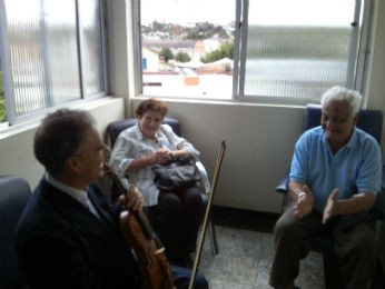 Pacientes são convidados a ouvir as obras interpretadas pelo maestro (Foto: Samuel Nunes/G1)