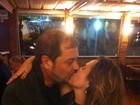 Andréia Sorvetão ganha beijão do marido em festa de aniversário