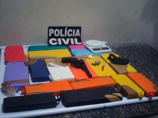 Polícia encontrou drogas e arma na casa do suspeito. (Foto: Divulgação / Polícia Civil)