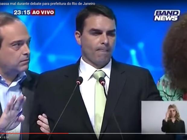 Flavio Bolsonaro é amparado por Jandira e Osório após passar mal (Foto: Reprodução/Youtube)