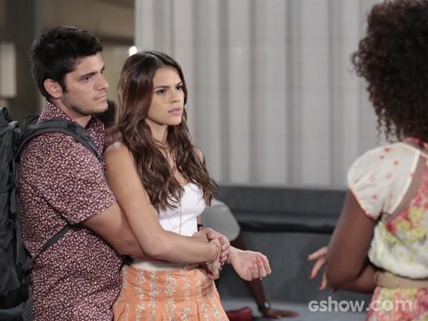 Luiza promete ajudar Alice e André a encontrarem seus pais (Foto: Felipe Monteiro/TV Globo)