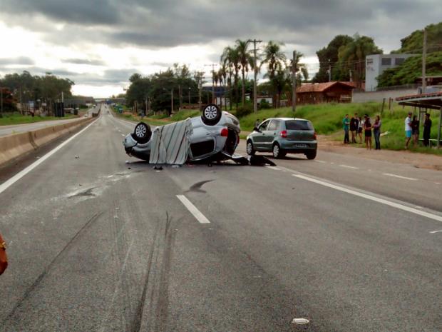 Veículo capotou na Raposo Tavares (Foto: Felipe Vieira/TEM Você)