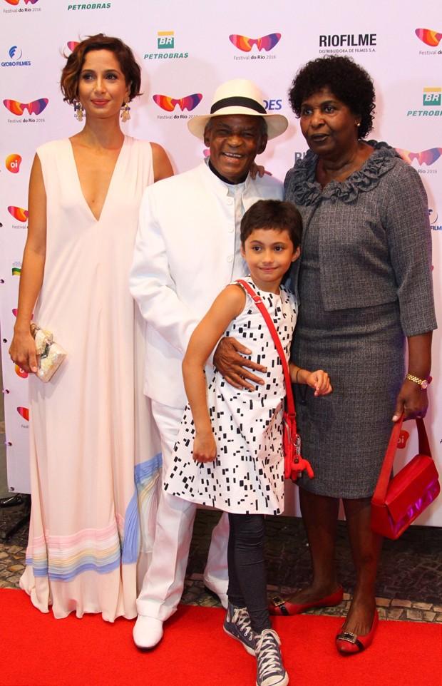 Camila Pitanga, com a filha, Antônia; o pai, Antônio Pitanga; e a madrasta, Benedita da Silva (Foto: AgNews / Anderson Borde)