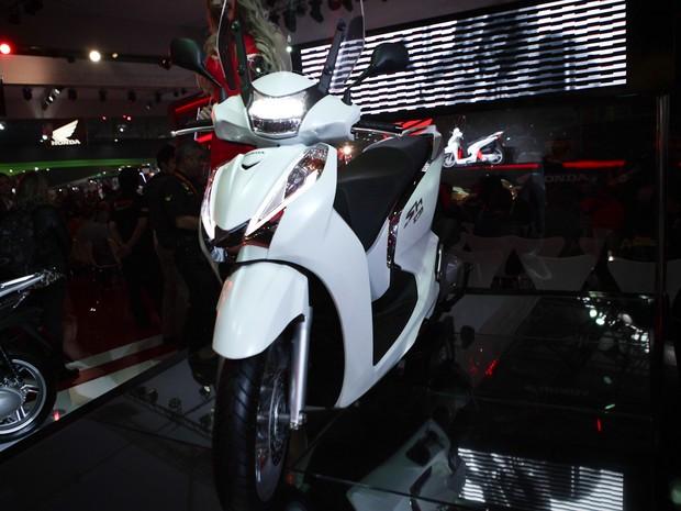A scooter SH 300i é apresentada no estande da Honda no Salão Duas Rodas 2015 (Foto: Caio Kenji/G1)