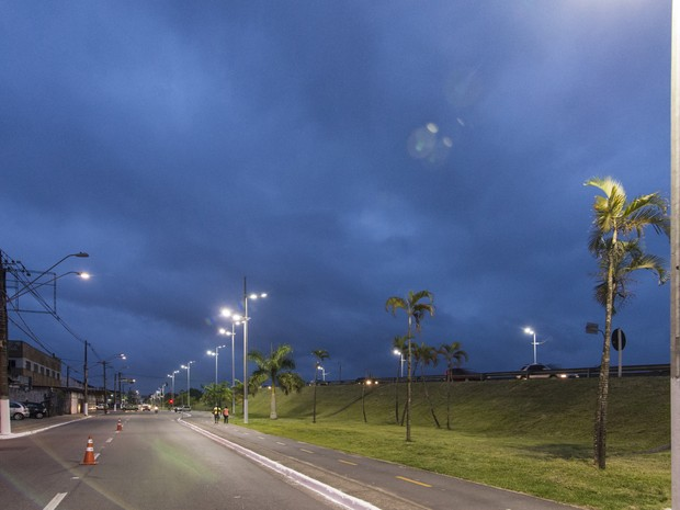 Iluminação na via marginal da Expressa Sul melhorou segurança dos ciclistas (Foto: Divulgação/Prefeitura de Praia Grande)