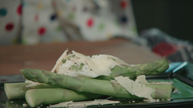 'Receitas da Carolina' - Carolina Ferraz - Episdio 02 - Aspargos com ovos poch (Foto: Reproduo / GNT)