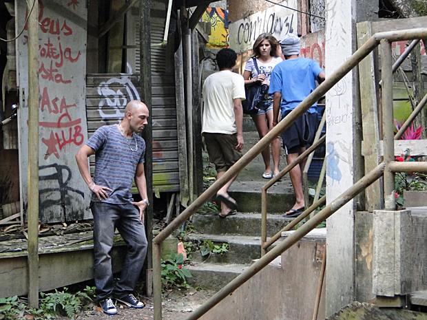 Carcará cerca Luisa na Comunidade dos Anjos (Foto: Malhação / TV Globo)