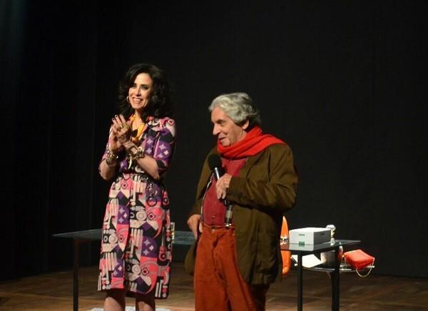Fernanda recebeu Domingos, diretor de sua peça, no palco do novo Teatro XP Investimentos, na noite desta quinta-feira (10), ao fim do espetáculo (Foto: Ag News)