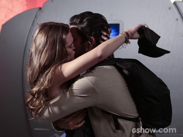 Marlon e Lili se beijam depois do susto (Foto: Felipe Monteiro/TV Globo)