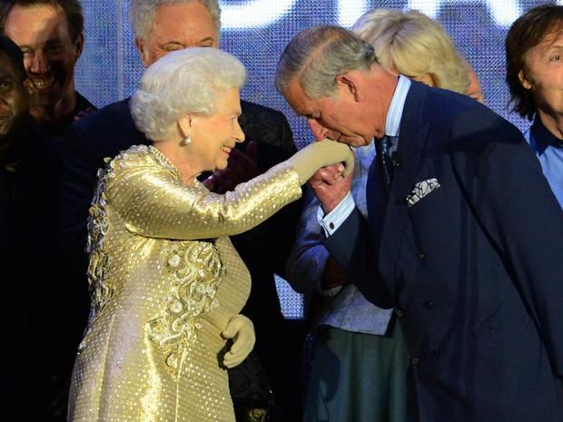 Príncipe Charles beija a mão da rainha Elizabeth II no encerramento do Jubileu de Diamante. (Foto: Leon Neal/AFP)