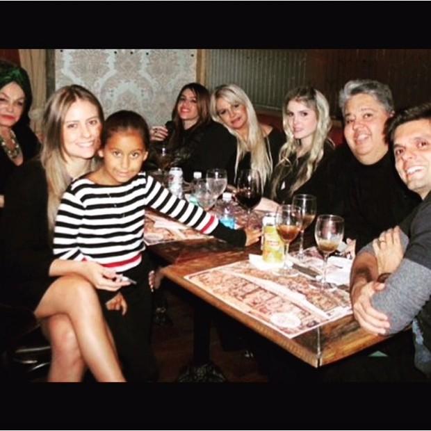 Monique Evans e família (Foto: Reprodução/Instagram)