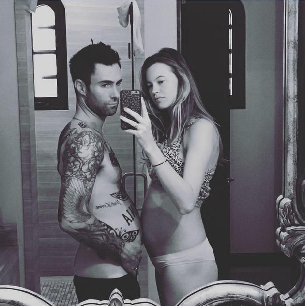 Adam Levine posa com Behati Prinsloo, que mostra a barriga de grávida (Foto: Reprodução/Instagram)